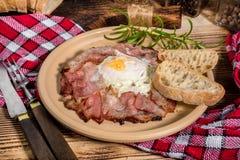 Talerz śniadanie z jajkami, bekonem i chlebem smażącymi, Zdjęcie Royalty Free