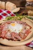 Talerz śniadanie z jajkami, bekonem i chlebem smażącymi, Zdjęcia Stock