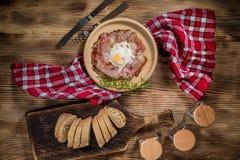 Talerz śniadanie z jajkami, bekonem i chlebem smażącymi, Obraz Stock