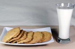 Talerz świeżo piec ciastka z szkłem zimna mleko Obraz Royalty Free