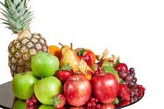 Talerz świezi jabłka, brzoskwinia, winogrona, truskawki Zdjęcia Royalty Free