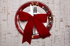 Talerz, cutlery na nieociosanym drewnianym tle Boże Narodzenie stół Obrazy Stock