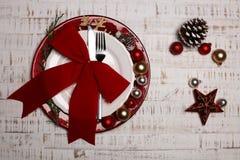 Talerz, cutlery na nieociosanym drewnianym tle Boże Narodzenie stół Fotografia Royalty Free