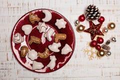 Talerz, cutlery na nieociosanym drewnianym tle Boże Narodzenie stół Zdjęcia Stock