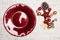 Talerz, cutlery na nieociosanym drewnianym tle Boże Narodzenie stół Obraz Royalty Free