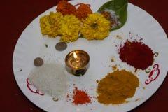 Talerz dla modlitwy z indyjską lampą zdjęcia stock