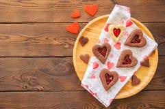 Talerz domowej roboty czekolady i wanilii linzer serce kształtujący kucharz obrazy stock