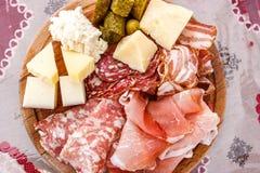 Talerz drobina i typowy włoski salami z serem i zalewą fotografia stock