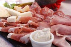 Talerz drobina i typowy włoski salami z serem i zalewą obraz royalty free
