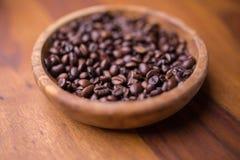 Talerz fasole kawowe na drewnianym stole Zdjęcie Stock