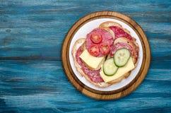 talerz kanapki z salami zdjęcie stock
