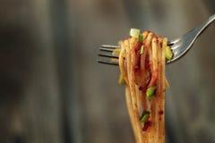 Talerz makaron przyprawia? z ziele, pomidorami i kumberlandem na, drewnianym stole w g?r?, rozwidleniu z d?ugim makaronem i kumbe obrazy stock