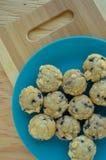 Talerz mini czarnych jagod muffins Zdjęcie Stock