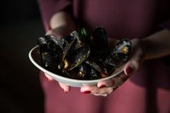 Talerz mussels w rękach kobieta Zdjęcia Stock
