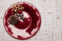 Talerz na nieociosanym drewnianym tle Boże Narodzenia zgłaszają położenia pojęcie Zdjęcie Royalty Free