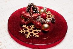 Talerz na nieociosanym drewnianym tle Boże Narodzenia zgłaszają położenia pojęcie Zdjęcie Stock