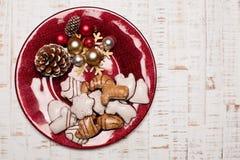 Talerz na nieociosanym drewnianym tle Boże Narodzenia zgłaszają położenia pojęcie Obrazy Stock
