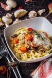 Talerz pasta z mięsem i pieczarkami na drewnianym tle Jesień menu zdjęcie stock