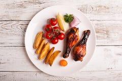 Talerz piec na grillu kurczak golenie zdjęcie stock