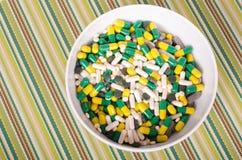 Talerz pigułki na pasiastym płótnie, pojęcie dieta Zdjęcie Royalty Free