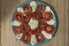 talerz pomidor i mozzarella obrazy royalty free