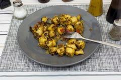 Talerz śródziemnomorscy warzywa na obiadowym stole Fotografia Stock