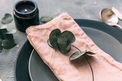 : talerz, rocznika silverware na nieociosanym podławym drewnianym tle obraz royalty free
