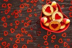 Talerz serca kształtujący ciastka jest na stole w świętowaniu walentynki ` s dzień Obraz Stock