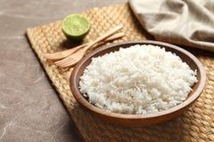 Talerz smakowici gotujący ryż słuzyć na stole obraz stock