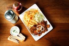 Talerz stek, dłoniaki i kapusta na stole, obrazy royalty free