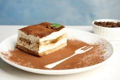 Talerz tiramisu tort na bielu obrazy stock