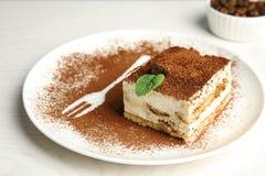 Talerz tiramisu tort na stole zdjęcie stock