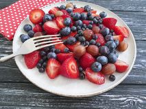 Talerz truskawki, czarne jagody, świeżość przeciwutleniacza agrestów produktu organicznie lato na drewnianym tle Zdjęcie Stock
