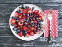 Talerz truskawki, czarne jagody, świeżość sezonu przeciwutleniacza agrestów produktu organicznie lato na drewnianym tle Obraz Stock