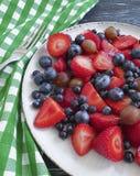 Talerz truskawki, czarne jagody, agresta produktu ręcznik na drewnianym tle Zdjęcia Stock