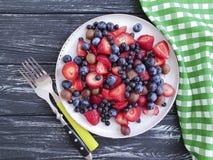 Talerz truskawki, czarne jagody, witamina dobierał organicznie przeciwutleniaczy agrestów produktu lato na drewnianym tle Zdjęcia Royalty Free