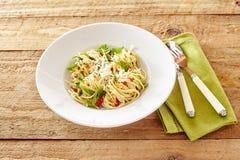 Talerz Włoski spaghetti aglio olio z basilem i pomidorem Zdjęcia Stock