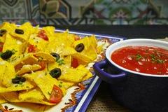 Talerz wyśmienicie tortilla nachos z rozciekłym serowym kumberlandem, c Obraz Stock