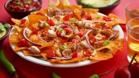 Talerz wy?mienicie tortilla nachos z rozciek?ym serowym kumberlandem, piec na grillu kurczak zdjęcie wideo