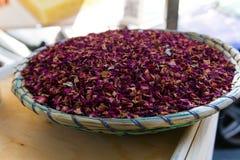 Talerz wypełniający z purpurowymi błękitnymi spises zdjęcie stock