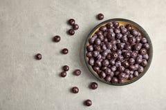 Talerz z świeżymi acai jagodami na stole obraz stock