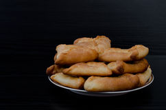Talerz z świeżymi fragrant kulebiakami na czarnym drewnianym stole, lunch, echpochmak kosmos kopii zdjęcia stock