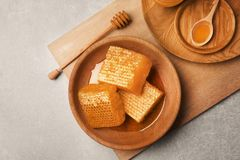 Talerz z świeżymi honeycombs Fotografia Stock