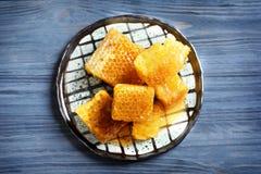 Talerz z świeżymi honeycombs Zdjęcia Stock