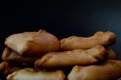 Talerz z świeżymi kulebiakami na czarnym drewnianym stole zbliżenie Fotografia Stock
