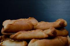 Talerz z świeżymi kulebiakami na czarnym drewnianym stole zbliżenie obraz stock