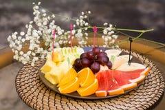 Talerz z świeżymi pokrojonymi owoc Banan, winogrona grapefruitowy, pomarańcze Obraz Royalty Free
