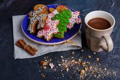 Talerz z ciastkami obok filiżanki gorąca czekolada na kamiennym tle z pokruszonymi ciastkami zdjęcie royalty free