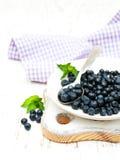 Talerz z czarnymi jagodami Fotografia Stock