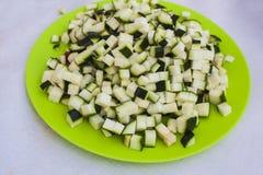 Talerz z diced zucchini obraz stock